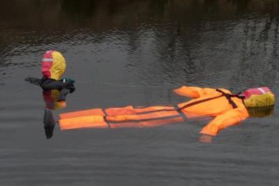 NÁJDI A ZACHRÁŇ - CHLAPEC ORANŽOVÝ OVERAL, 20 kg, 130 cm