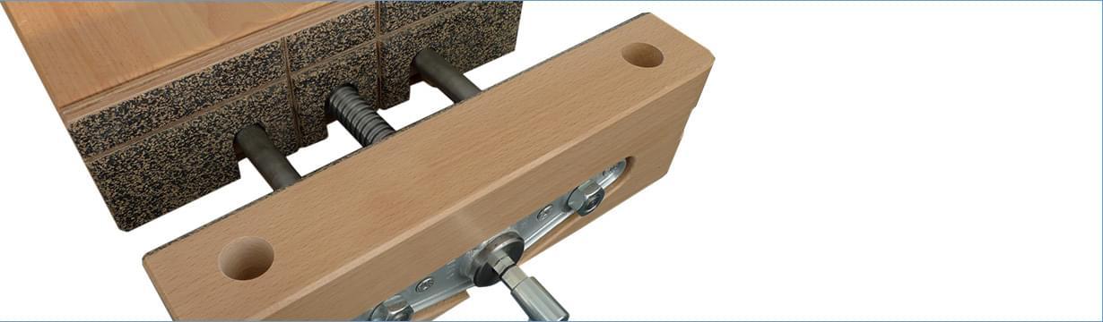 Univerzálne dielenské stoly Kvalitné certifikované (GS certifikát) dielenské stoly spracovnou plochou zbukovej spárovky sbočnou vodiacou lištou. Stoly možno veľmi ľahko dopĺňať orôzne príslušenstvo aprispôsobovať ich potrebám vykonávaných prác.